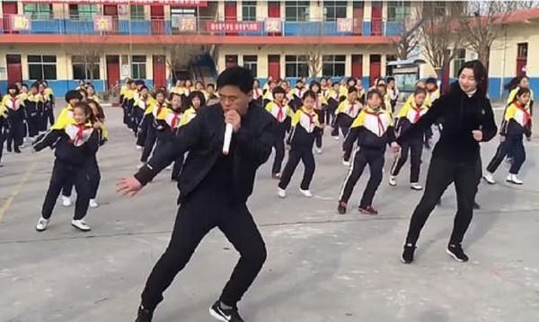 Китайският танцувален комунизъм! Директор и 700 – на двора