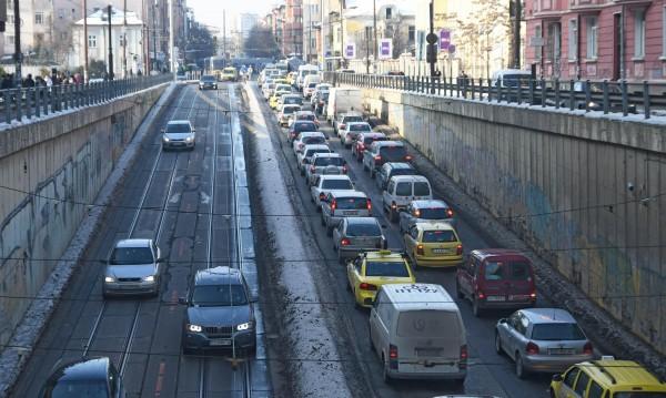 Подобряват градския транспорт, а колите в София все повече. Защо?