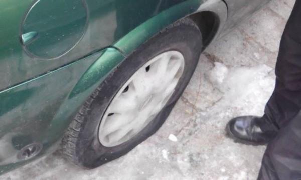 Арестуваха 64-годишен, плащал на деца да пукат гуми