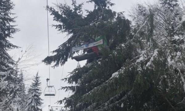 Дърво падна върху лифт в Пампорово, три жени пострадаха
