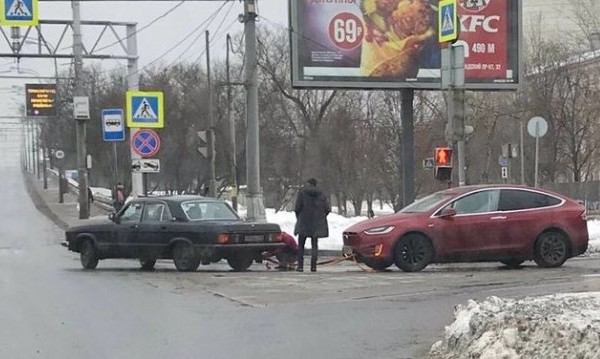 Уникална гледка: Волга дърпа Tesla в Русия