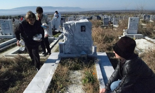 Жена отиде до гробищата, откраднаха й чантата