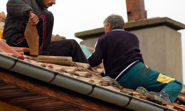 Младежи изнудваха дядо за фалшив ремонт на покрив