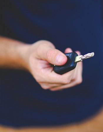 По родните пътища: Една от шест коли - нова