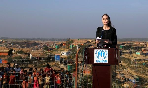 Анджелина Джоли съсипана от среща с бежанци