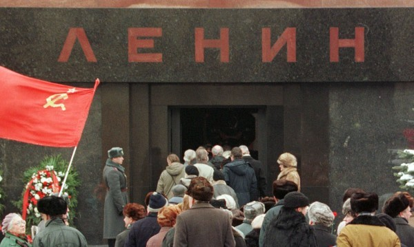 Разкрасяват Ленин, мавзолеят затваря врати за 2 месеца