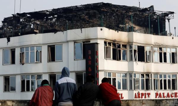 Седемнайсет жертви на пожар в хотел в Индия