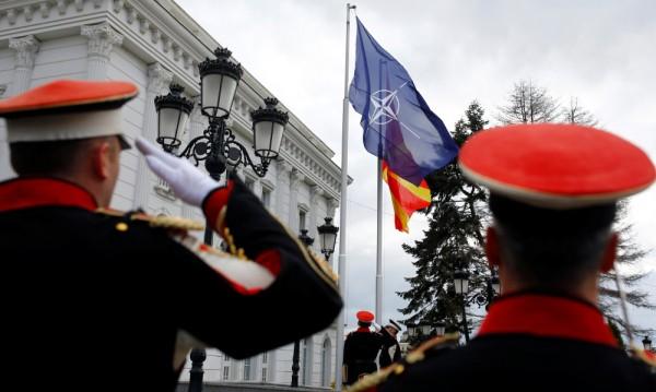 Знамето на НАТО се развя пред македонското правителство