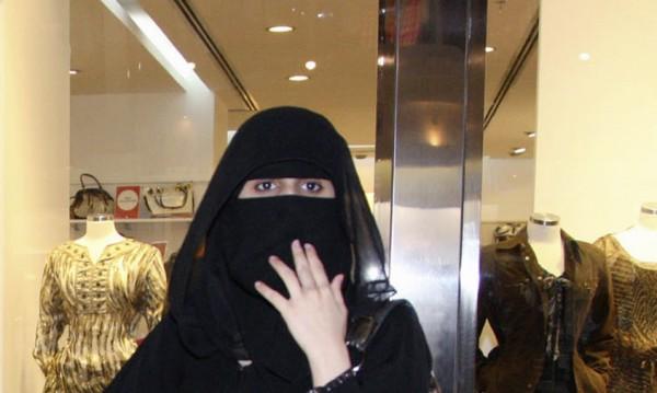 Вечно следени: Приложение бди кога саудитките напускат страната