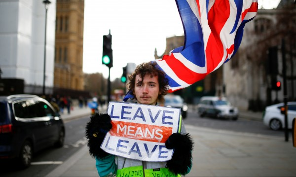 Над 40 британски дипломати искат Мей да отложи Brexit