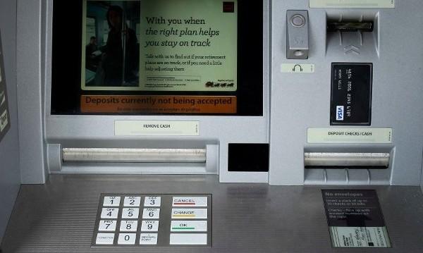Хитър злосторник обира банкомати… с дъвка