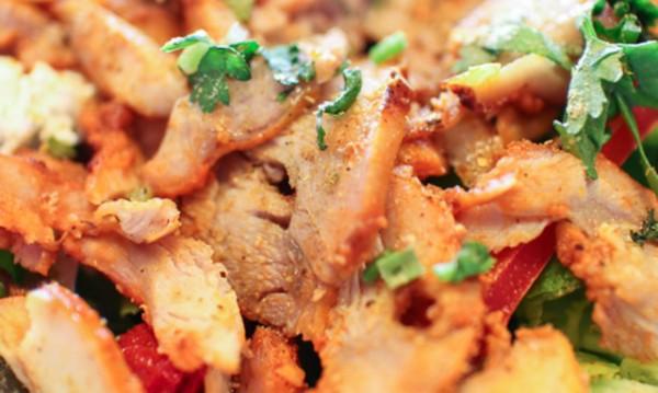 Рецептата Dnes: Салата с пиле, зеленчуци и млечен сос