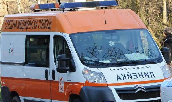 Автомобил блъсна ученически бус, шофьорката на колата е ранена