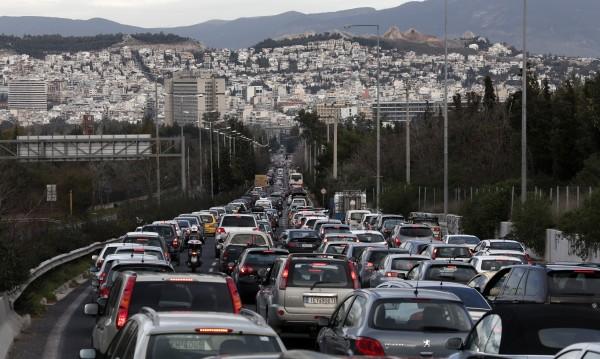 Масови проверки в Гърция за пушачи в коли с деца