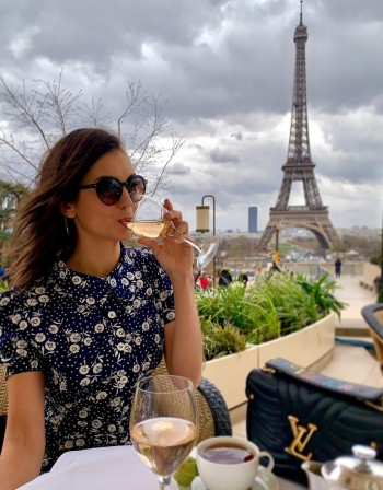 На път: Нина Добрев с мама в Париж