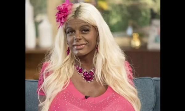 Бяла манекенка смени расата си - учи чернокожите как да са красиви