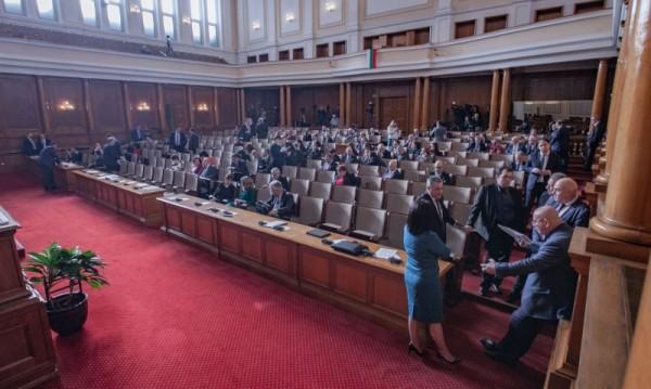 """В парламента кворум на ръба. Шестима от """"Воля"""" спасиха петъка"""