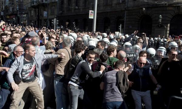 Около 2000 демонстранти в Белград обградиха президентския дворец