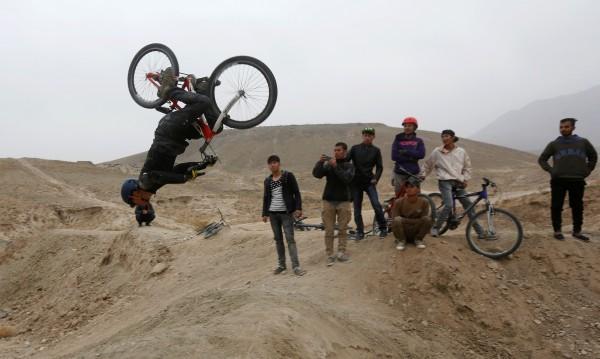 Младите в Афганистан искат мир, но не мира на талибаните