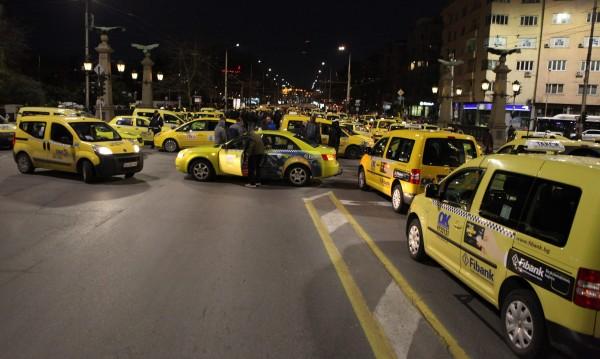 Таксиметрови шофьори блокират центъра на София