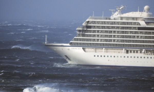 Евакуират 1300 пътници от круизен кораб край Норвегия