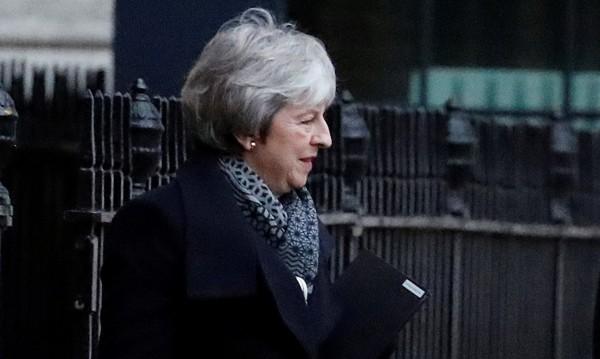 Тереза Мей събра спешно ключови министри и депутати