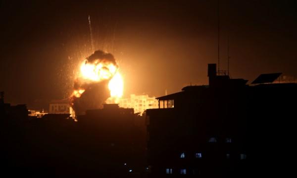 """Израелската авиация разруши офиса на лидер от """"Хамас"""""""