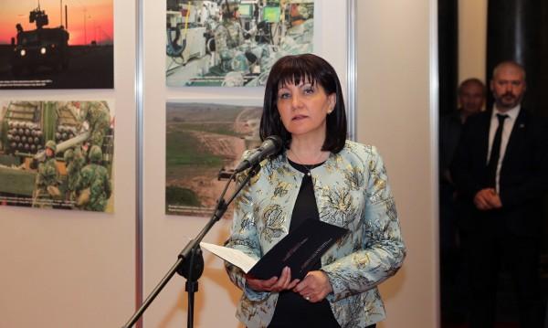 Караянчева упрекна Радев: Гледа само към ГЕРБ
