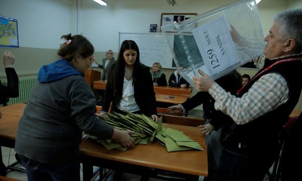 Партията на Ердоган събира над 50% на местния вот