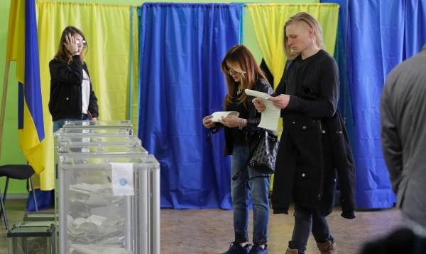 Украинците ще избират на втори тур между комик и Порошенко