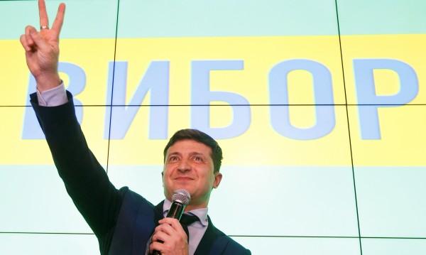 В Украйна: Комикът Зеленски ще бие Порошенко на балотаж