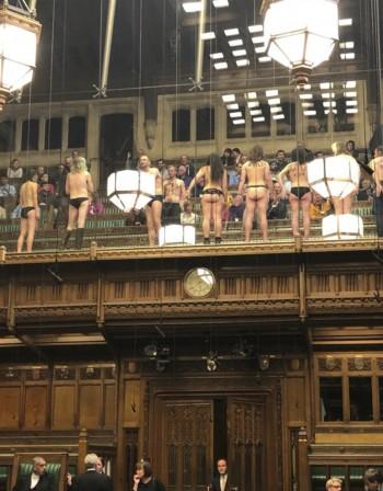 Директно от британския парламент: Гол протест шокира депутатите