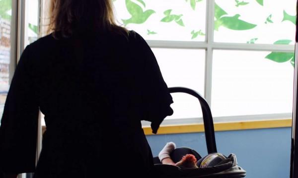 Медицинска сестра осинови бебе, непотърсено 5 месеца