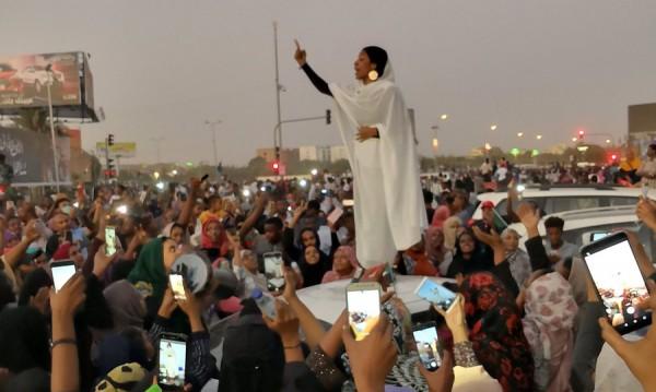 Студентката в бяло пред тълпата – символ на недоволството в Судан