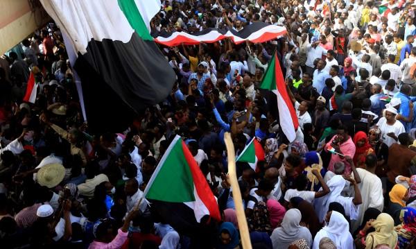 Армията в Судан свали президента Ал Башир