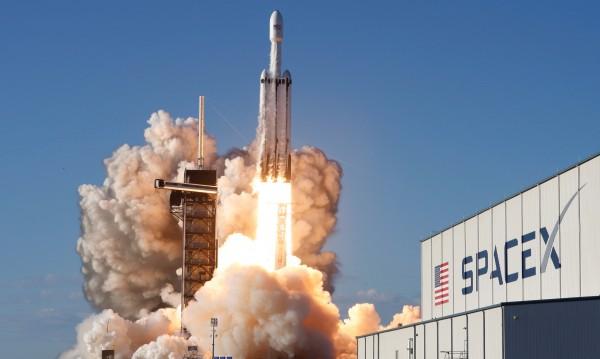 Бустерите на ракетата на SpaceX се приземиха успешно