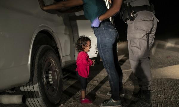 Фото награда: Снимка на плачещо дете на границата Мексико - САЩ