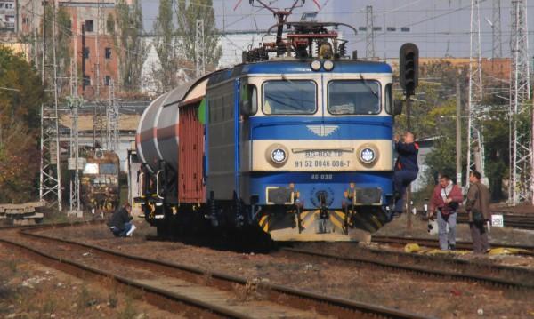 Влак блъска и смачка кола на жп прелез