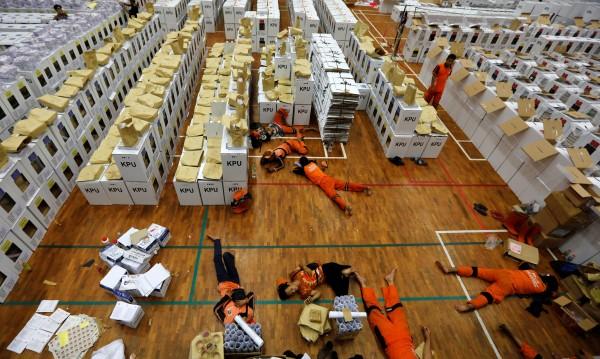 В Индонезия гласуват на най-големия еднодневен вот в света
