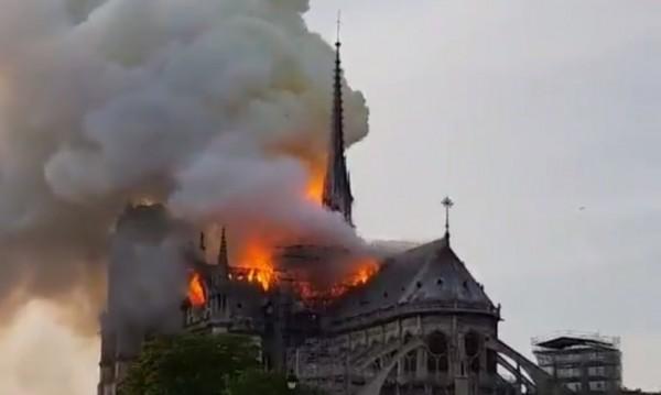 Пожар гори в катедралата Нотр Дам в Париж