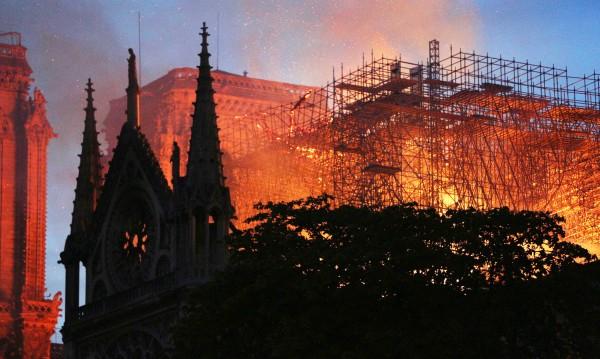 Светът е шокиран от пожара в парижката катедрала Нотр Дам