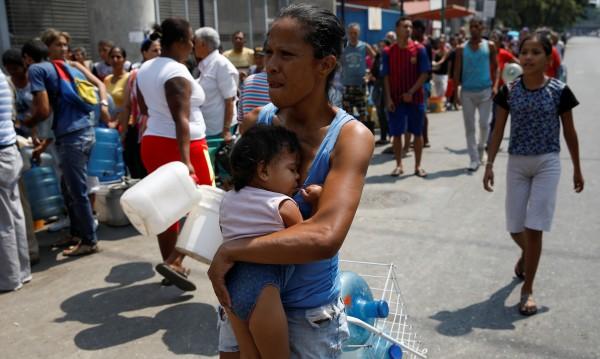 """""""Нормална страна?"""" Венецуела има двама президенти, няма ток, вода"""