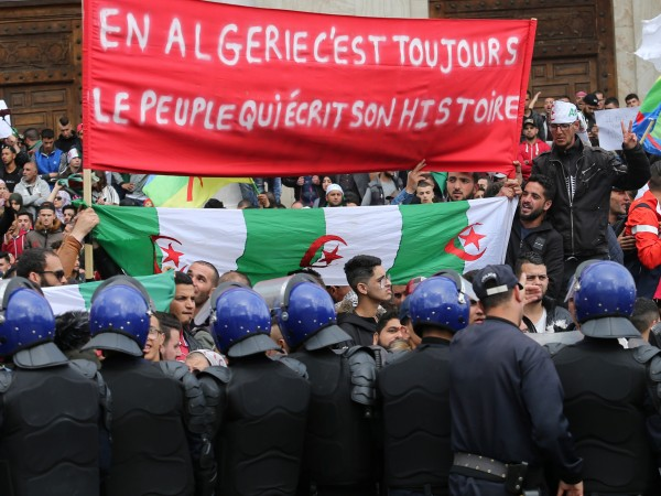"""Снимка: """"Арабска пролет 2.0"""" започна, ще се ограничи ли до Алжир и Судан?"""