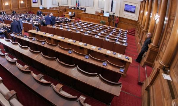 Депутатите – ударници! Поработиха час и половина в сряда