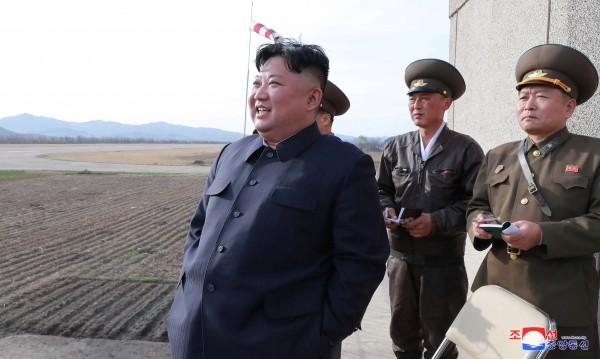 """Ким Чен Ун пробва оръжие с """"мощен боен заряд"""""""