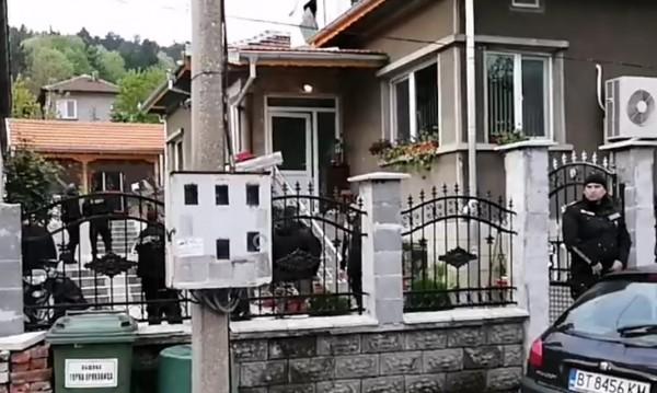 Полиция атакува ромския квартал в Горна Оряховица, дирят ало измамници