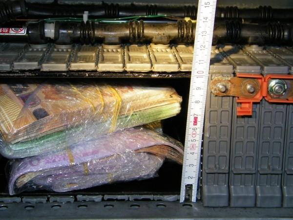 Снимка: Митничари задържаха 128 хил. евро, скрити в тайник на кола