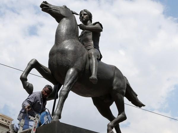 Статуя на Александър Велики на кон бе поставена в центъра