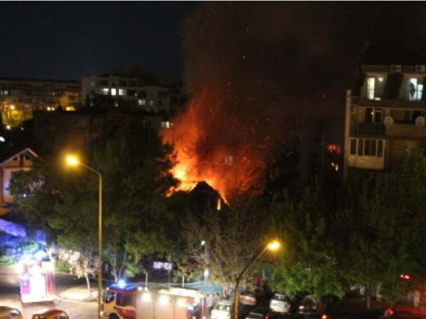 Снимка: Клошар загина при пожар, къщата била пълна с боклуци