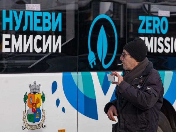 Столичани чакат на спирките на градския транспорт между 1,6 и